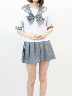 灰色の半袖セーラー服